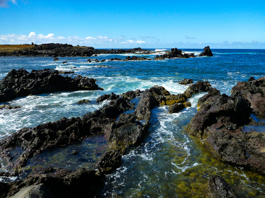 絶海の中の火山島チリ・イースター島の凝灰岩で囲まれた海辺の様子