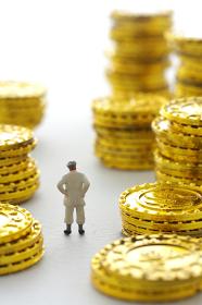 硬貨とミニチュアの人間のジオラマ