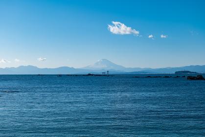 早春の葉山町の風景 真名瀬海岸からの富士山と鳥居 2月