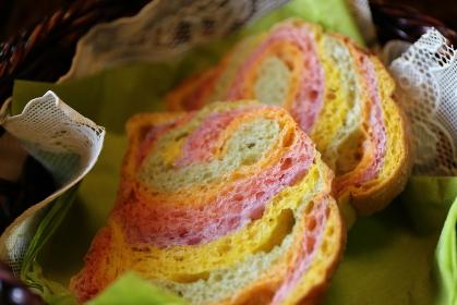 5色の野菜入り手作りパン