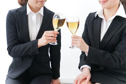 飲み会をする若手社員
