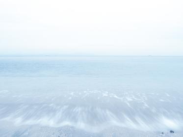 梅雨時の曇り空と穏やかな波の東京湾