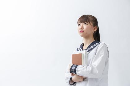 セーラー服を着た若い日本人の学生