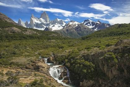 アルゼンチン フィッツ・ロイ山とリオ・ブランコ川にかかる滝