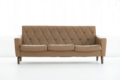 明るい部屋に置かれたソファ