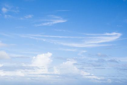 雲の多い青い青い空