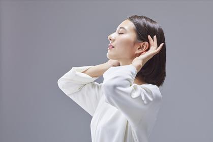 耳を澄ます日本人女性