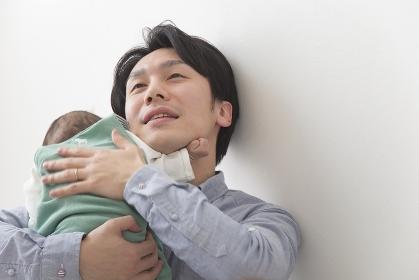 子育てをする父親