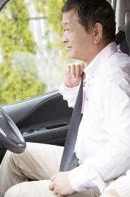 シートベルトをつけるシニア男性