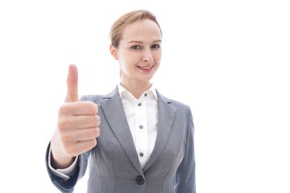 グッドサインをするスーツを着たビジネスウーマン