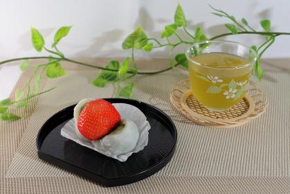 抹茶餡のいちご大福と冷たい緑茶