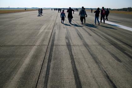 自衛隊の滑走路を歩く人達
