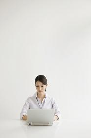 ノートパソコンで仕事をするビジネスウーマン