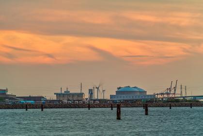 夕暮れの響灘臨海工業地帯の風力発電(福岡県)
