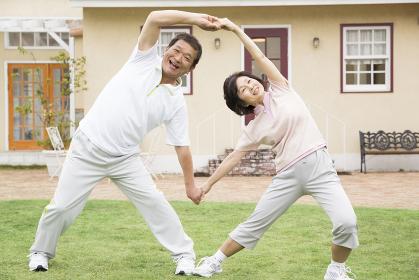体操をするシニア夫婦