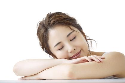 うたた寝をする日本人女性