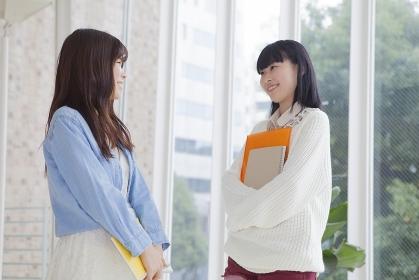 友達と談笑する女子学生