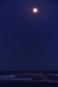 満月に照らされる海