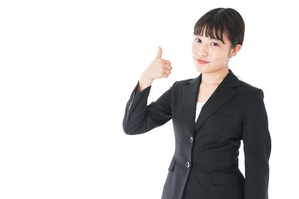 OKサインをするスーツを着たビジネスウーマン