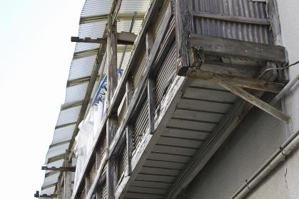 古い共同アパートの木製の壊れかけたバルコニー