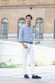 スマートフォンで通話する日本人男性