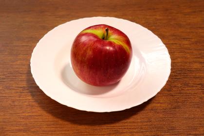 皿の上のリンゴ 2