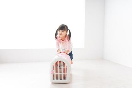 ペットの世話をする子ども