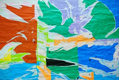カラフルでしわくちゃな紙の背景。剥がされた紙。古くて汚れた紙のテクスチャ。