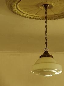 室内のレトロな照明器具