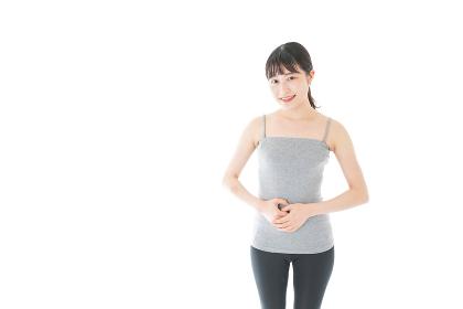 ダイエットをする若い女性