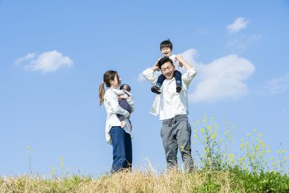 笑顔で散歩する親子4人