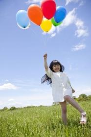風船を持ってる女の子
