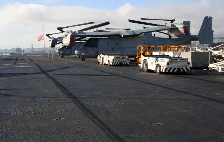 アメリカ海軍の強襲揚陸艦「マキン・アイランド」:収納状態のオスプレイ