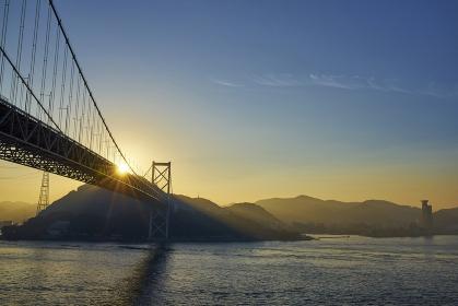 下関から北九州を望む関門橋の夜明け