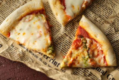 英字新聞に切り分けたピザ