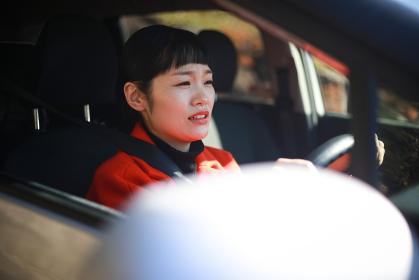 不安そうに運転する女性