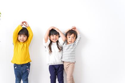 笑顔で遊ぶ子ども