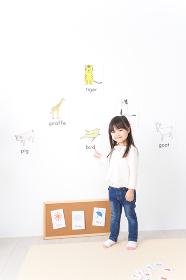 教室で楽しく英語を勉強する子ども