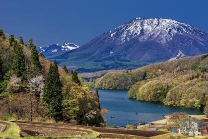 長野県・信濃町 新緑の黒姫山と野尻湖の風景