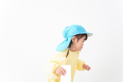 帽子をかぶった幼稚園児