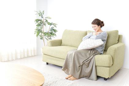 家でリラックスする一人暮らしの女性