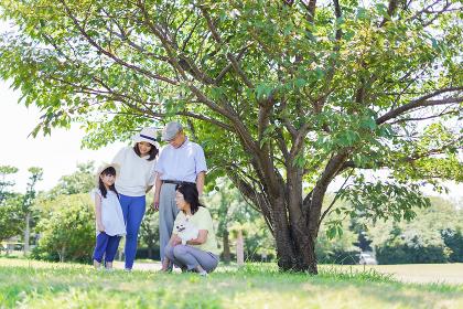 外で遊ぶ幸せな家族