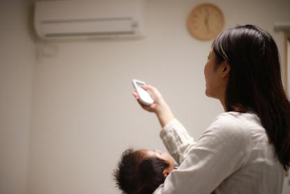 エアコンをつける母親