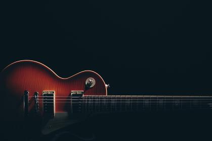 エレキギターのシルエットと陰影