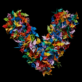 折り紙の鶴を集めて形作ったアルファベットのV