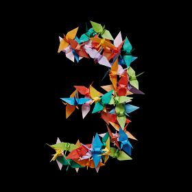 黒バックに折り紙の鶴で作った数字の3