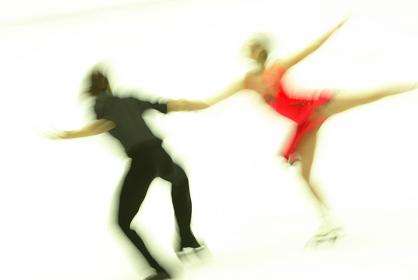 フィギュアスケートをするカップル