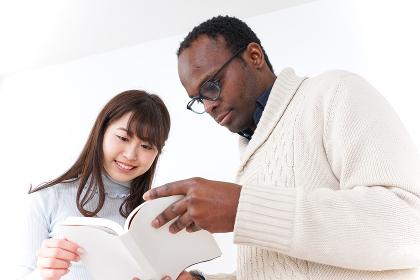 外国人観光客を英語で案内する若い女性