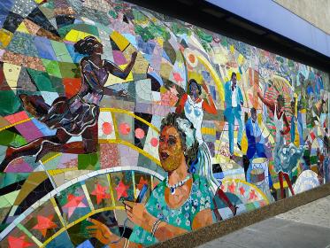アメリカのストリートにて壁面のカラフルなモザイクタイル