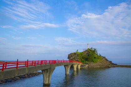 新潟県能生海岸の弁天岩
